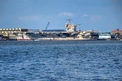 USS约翰・肯尼迪航空母舰在费城 免版税库存图片