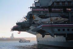 USS Midway lotniskowiec z dżetowym samolotem Zdjęcia Stock