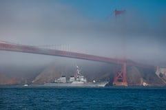 USS Milius se desliza bajo el puente de puerta de oro Foto de archivo