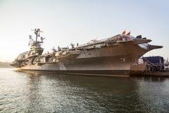 USS oförskräckt hangarfartyg som anslutas på den 86th gatan royaltyfria foton