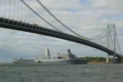 USS San Antonio die platformdok van de Marine van Verenigde Staten landen tijdens parade van schepen bij Vlootweek 2015 Stock Foto's