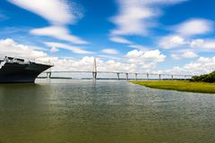 USS Yorktown en Kuiper River Bridge, Charleston, Sc royalty-vrije stock afbeeldingen