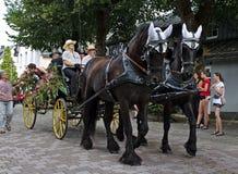 Usseln, Γερμανία - 30 Ιουλίου 2018 - μεταφορά που σύρεται από δύο σκοτεινά καφετιά άλογα σε μια παρέλαση στοκ εικόνα