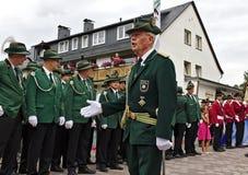 Usseln, Deutschland - 29. Juli 2018 - ein amtsältestes Mitglied von ein Gewehrclub adresses die Ränge anderer Vereinsmitglieder i stockbilder