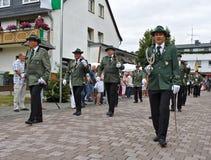 Usseln, Duitsland - Juli dertigste, 2018 - de leden die van de Geweerclub in hun traditionele groene uniformen bij de scherpschut Stock Afbeeldingen