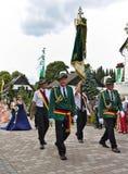 Usseln, Duitsland - Juli negenentwintigste, 2018 - de leden van de Geweerclub in hun traditionele groene uniformen draagt een gro Stock Afbeeldingen