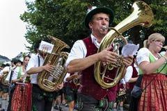 Usseln Tyskland - Juli 30th, 2018 - bayersk marschmusikband i den traditionella klänningen som spelar mässingsinstrument på en st royaltyfri foto
