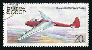 USSR - CIRCA 1982: En stolpestämpel som skrivs ut i USSR, visar glidflygplanet Stakhanovets, circa 1982 Royaltyfria Foton