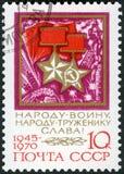 USSR - 1970: guld- stjärna för shower av beställningen av hjälten av Sovjetunionenet och medaljen av socialistarbete Arkivfoto