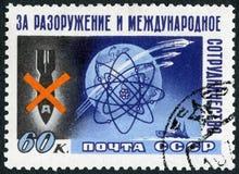 USSR - 1958: przedstawienia Bombardują, kula ziemska, atom, sputniki, statek, konferencja dla pokojowych użyć energia atomowa, tr Fotografia Royalty Free