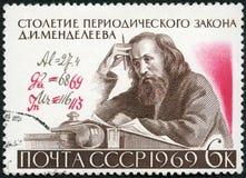 USSR - 1969: shower D.I. Mendeleev (1834-1907) och formel med författares korrigeringar, århundrade av den periodiska lagen arkivbild