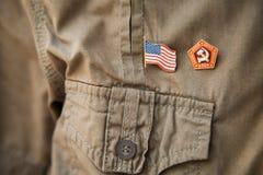 USSR- & USA flagga, historiskt nationellt emblem på en kaki- skjortapersonbröstkorg royaltyfri bild