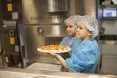 Ussurijsk, Russia 02 03 2018 bambini giudica la pizza cucinata da loro immagini stock libere da diritti