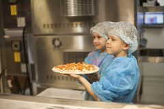 Ussuriysk, Ρωσία 02 πίτσα λαβής 03 2018 παιδιών που μαγειρεύεται από τους στοκ εικόνες με δικαίωμα ελεύθερης χρήσης