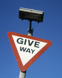 Ustępował drogowego ruchu drogowego znaka przeciw niebieskiemu niebu Zdjęcia Royalty Free