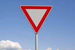 Ustępował Ruchu drogowego niebieskie niebo i znaki Zdjęcia Stock