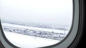 Ust-Kamenogorsk, il Kazakistan - 4 dicembre 2017: vista dall'aereo all'aeroporto della città di Ust-Kamenogorsk archivi video
