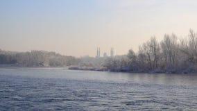 Ust-Kamenogorsk, il Kazakistan - 24 novembre 2017: Vista della moschea e del fiume Irtysh della città di Ust-Kamenogorsk video d archivio