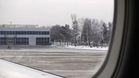 Ust-Kamenogorsk Kasakhstan - December 4, 2017: sikt från nivån till flygplatsen av staden av Ust-Kamenogorsk arkivfilmer