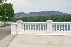 Ust-Kamenogorsk Oskemen in der Kasache, Kasachstan - 10. Juli 2017 Der Irtysch-Damm, Ablaketka-Berg mit KASACHSTAN groß lizenzfreies stockbild