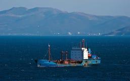 Ust-Karsk tankfartyg på ankaret i vägarna Nakhodka fjärd Östligt (Japan) hav 18 02 2014 Arkivfoton