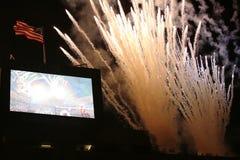烟花在美国公开赛2013年首场演出仪式期间的USTA比利・简・金国家网球中心 图库摄影