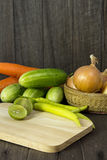 Ustaleni świezi warzywa z zielonym liściem na drewnianej podłoga. Zdjęcia Royalty Free