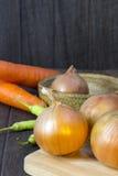 Ustaleni świezi warzywa z zielonym liściem na drewnianej podłoga. Zdjęcie Royalty Free