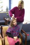 ustalenie jej włosy Obrazy Stock