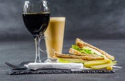 Ustalony składać się z dwa kanapki słodował chleb z rocznika chedd Fotografia Stock