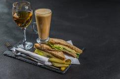 Ustalony składać się z dwa kanapki słodował chleb z rocznika chedd Obrazy Stock
