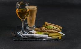 Ustalony składać się z dwa kanapki słodował chleb z rocznika chedd Zdjęcia Royalty Free