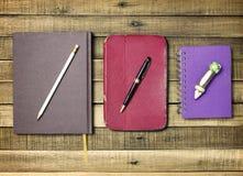 Ustalony stary notatnik i ołówek na drewnianym tle Zdjęcie Stock