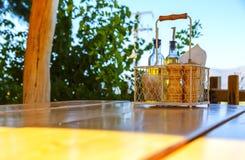 Ustalony stołowy łomotać na krawędzi stół przeciw słońca niebu górom i, Grecja Crete, słoneczny dzień Zdjęcia Stock