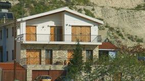 Ustanawiać strzał dwa opowieści budynek Dom, willa w pokojowej miejscowości wypoczynkowej zbiory wideo