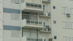 Ustanawiać strzał mieszkaniowego domu balkon Czynszowy mieszkanie Niski sezon przy hotelem zdjęcie wideo