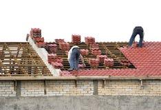 ustanowienie dachowych płytek pracowników Zdjęcie Royalty Free