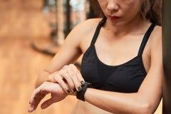 Ustawiać jej mądrze zegarek Fotografia Royalty Free