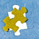 Ustawiać ostatniego żółtego kawałek łamigłówka Obraz Stock