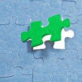 Ustawiać ostatniego zielonego kawałek łamigłówka Obraz Royalty Free
