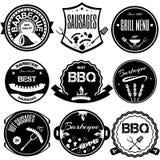 Ustawia bbq, grill; kiełbasy; restauracja; stek; retro rocznik odznaka ilustracja wektor
