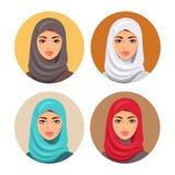 Ustawia cztery Arabskiego dziewczyny avatars w różnych tradycyjnych pióropuszach odosobniony wektor Młode arabskie kobiet ikony u Zdjęcia Stock