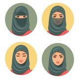 Ustawia cztery Arabskiego dziewczyny avatars w różnych tradycyjnych pióropuszach odosobniony wektor Młode arabskie kobiet ikony u Fotografia Royalty Free