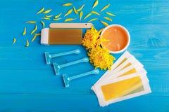 Ustawia dla depilaci z chryzantemami na błękitnym drewnianym tle Fotografia Royalty Free