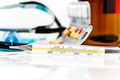 Ustawia dla grypowego traktowania - zdrowie i medycyny pojęcie Obraz Royalty Free