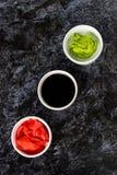 Ustawia dla suszi soj kumberlandu imbirowego wasabi z chopstick na kamiennym tle obrazy stock