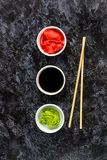 Ustawia dla suszi soj kumberlandu imbirowego wasabi z chopstick na kamiennym tle zdjęcia stock