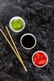 Ustawia dla suszi soj kumberlandu imbirowego wasabi z chopstick na kamiennym tle fotografia royalty free