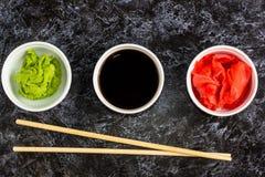 Ustawia dla suszi soj kumberlandu imbirowego wasabi z chopstick na kamiennym tle obraz stock