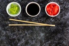 Ustawia dla suszi soj kumberlandu imbirowego wasabi z chopstick na kamiennym tle zdjęcie royalty free